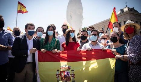 'Rojigualdes' constitucionals, algunes de la dictadura i alguna d'única, ahir a la plaça Colón de Madrid.