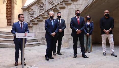 El president del Govern, Pere Aragonès, i dels representants de CCOO, UGT, Pimec i Foment.