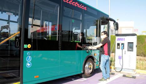 L'autobús a l'estació de càrrega de Torrefarrera.