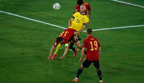 El suec Marcus Danielson disputa una pilota davant de Jordi Alba, que està caient a terra.