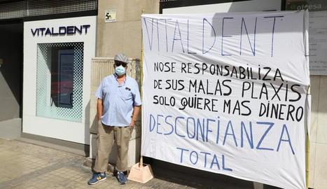 El veí de Balaguer que va protestar ahir a Lleida.