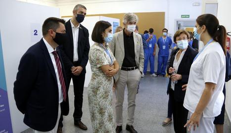 El conseller de Salut, Josep Maria Argimon, visitant el punt de vacunació per la covid-19 a Alcarràs.