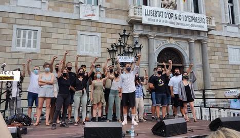 Desenes de persones van rebutjar la condemna a la plaça de la Paeria i també hi va haver concentracions a la Seu d'Urgell i altres localitats.