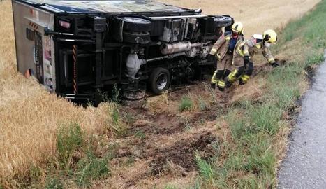 Imatge del camió bolcat ahir a la carretera L-313 a Oliola.