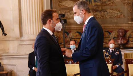 Moment en què Felip VI va imposar l'Orde del Mèrit Civil a Albert Esteve Robles.