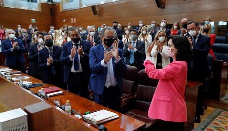 Ayuso, aplaudida pel seu grup després de ser investida presidenta.