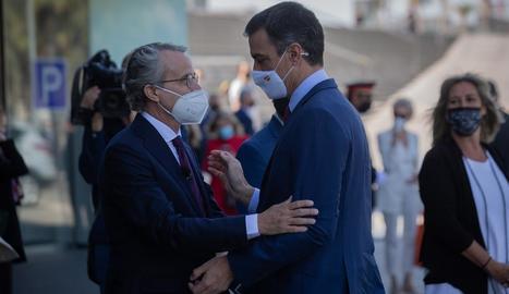 Sánchez va ser rebut a l'arribar a la reunió del Cercle d'Economia pel director, Javier Faus.