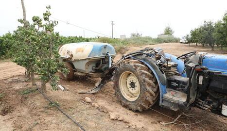 Imatge del tractor després de l'accident laboral que es va produir ahir al matí a Soses.