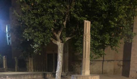Un home s'enfila i tira a terra la creu medieval del monestir de Sant Cugat del Vallès