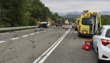 Imatge dels bombers treballant al lloc de l'accident