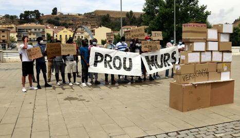 """Mig centenar de persones es manifesten a Balaguer a favor dels migrants i refugiats i per demanar """"prou murs"""""""