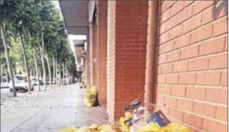 Bolsas de basura en la avenida Corregidor Escofet, en Pardinyes