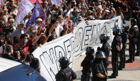 Centenars d'independentistes protesten contra la visita de Pedro Sánchez a un Liceu 'blindat' pels Mossos