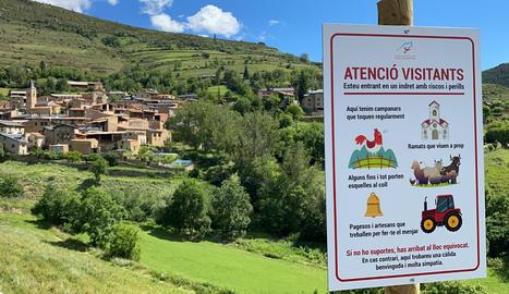 """Cartells amb toc d'humor amb """"perills"""" per als turistes de muntanya"""