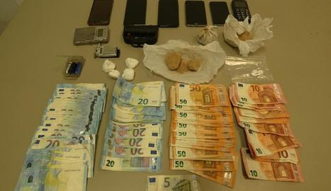 Els 155 grams d'heroïna, 44 grams de cocaïna, una bàscula de precisió, estris relacionats, 6 telèfons mòbils i 3.145 euros en metàl·lic que els agents van localitzar al domicili dels detinguts a Vielha.