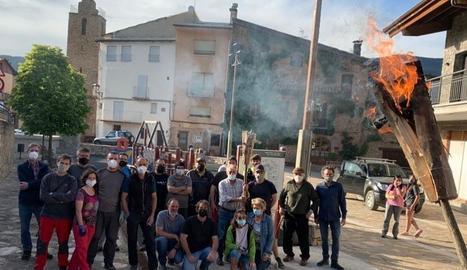 La foguera al barri de Cappont, gairebé a punt.
