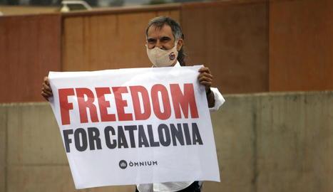 Jordi Cuixart, que estava de permís, ha retornat al centre per signar i ha sortit amb la resta d'excarcerats.