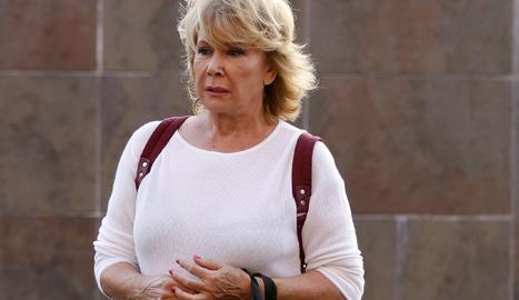 La colaboradora de televisión y escritora Mila Ximénez ha fallecido este miércoles en su casa de Madrid, a los 69 años, víctima de un cáncer de pulmón que le detectaban en junio de 2020, según ha informado la revista 'Lecturas', medio en el que colaboraba.  A mediados de junio del pasado año, a través de una llamada telefónica a 'Sálvame', la colaboradora de televisión desvelaba que le habían detectando un cáncer de pulmón a raíz de unos fuertes dolores de espalda.  Tras un año luchando contra la enfermedad, la colaboradora no ha logrado vencer al cáncer y ha fallecido en su domicilio, rodeada de los suyos. A su lado, su hija Alba Santana y sus tres hermanos, Manolo, Concha y Encarna, que se han convertido en el apoyo de la colaboradora.  También sus compañeros y amigos Raúl Prieto, David Valldeperas, Belén Rodríguez, Jorge Javier Vázquez, Belén Esteban, Terelu Campos se han volcado con Mila, a la que han arropado hasta el último momento.