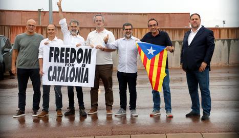 Els set presos independentistes de Lledoners a les portes del centre penitenciari.