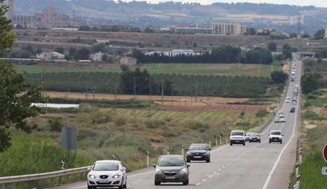 Trànsit cap a Tarragona ahir a la tarda a l'N-240 a Lleida.