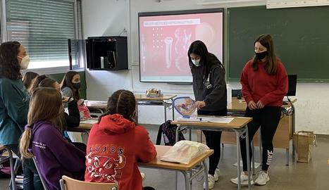Adolescents en un taller de sexualitat a càrrec de les llevadores d'ASSIR a Lleida.
