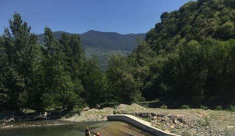 Una barca de ràfting baixant ahir per la presa de l'Hostalet.