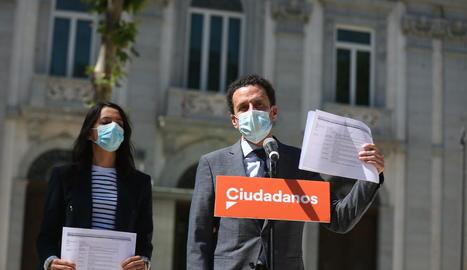 Arrimadas i Bal, ahir davant del Suprem, mostrant el recurs que han interposat contra els indults.