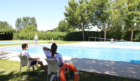 Primers banyistes ahir a les piscines municipals de Balàfia en l'inici de la temporada d'estiu.