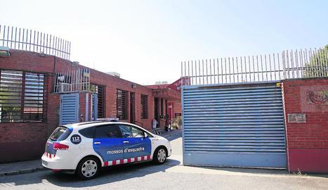 Vista d'una patrulla de Mossos a l'entrar a la presó de Ponent.