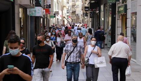 Poca gent sense mascareta a l'Eix Comercial de Lleida tot i que la majoria celebren la nova normativa