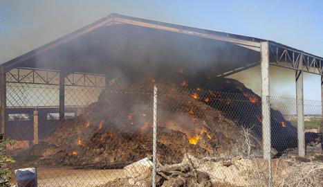 El paller afectat per un incendi divendres a Altet, en el qual ahir van continuar les tasques d'extinció.