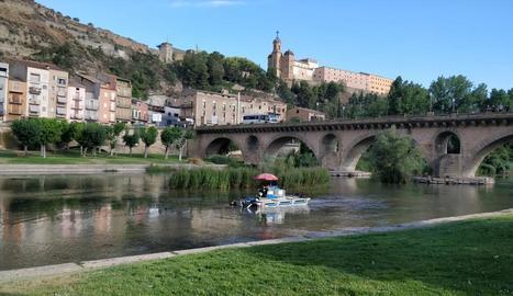 L'embarcació que neteja d'algues el curs del riu a Balaguer.