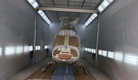 L'interior del taller de pintura d'helicòpters.