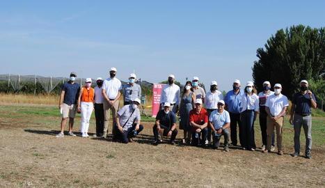 Alcaldes i representants institucionals ahir a la finca de l'IRTA a Mollerussa.