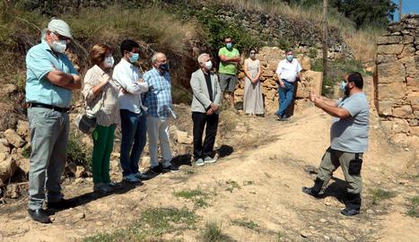 El director de Memòria Democràtica, Antoni Font, i familiars d'Herminio Bonilla, a la fossa comuna.