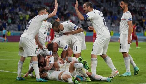 Els jugadors italians celebren un dels dos gols que van anotar ahir a Bèlgica.