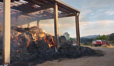 El foc que es va declarar ahir en un paller a Benavarri.