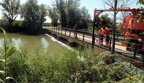 Els treballs per retirar el material del vessament d'hidrocarbur al canal de Seròs s'allargaran entre dos i tres dies