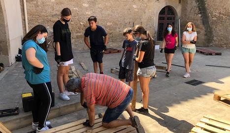 Els joves que participen en el camp de treball de les Borges.