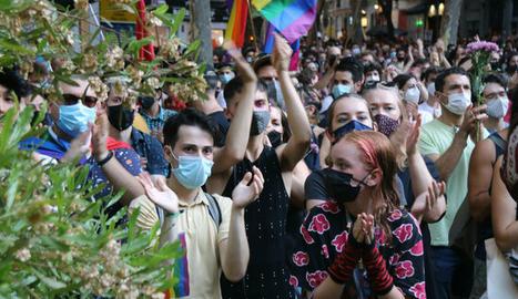 Centenars de persones es manifesten a Barcelona per condemnar l'assassinat de Samuel a la Corunya.