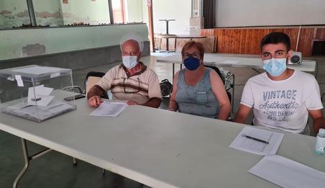 Els tres veïns que van formar la taula de les votacions.