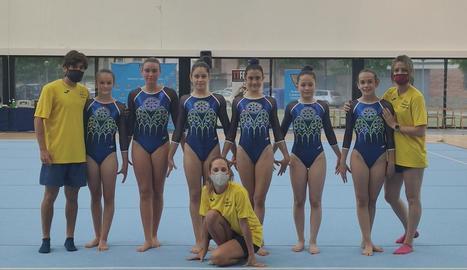Algunes gimnastes i membres del cos tècnic del club.