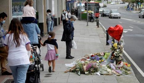 Vista de les flors i els missatges al lloc del crim.