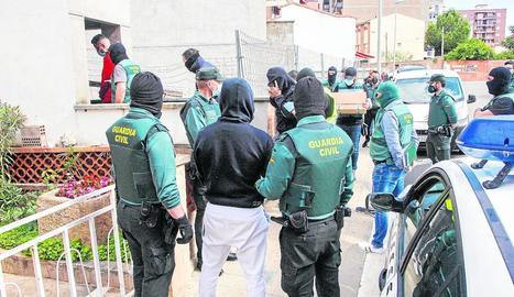 Moment en què diversos detinguts eren traslladats a un pàrquing per a un escorcoll.