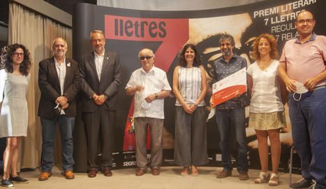 Ramon Pardina (3r per la dreta) va rebre ahir el premi 7lletres en un acte al castell de Concabella.