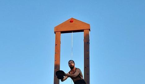 Sortida de la processó irreverent en record de Iago Pericot a la Vinya dels Artistes.
