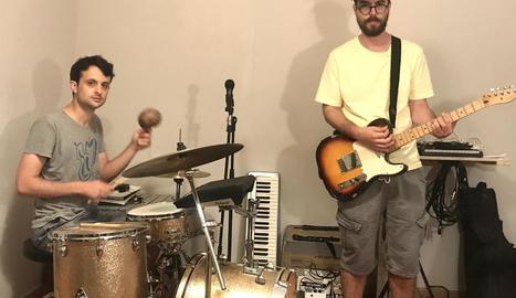 Els dos components del duo de rock i punk Lookmom de la Seu d'Urgell, en un assaig recent.