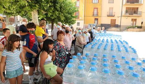 Imatge del repartiment de garrafes d'aigua que va dur a terme ahir l'ajuntament de Bovera.