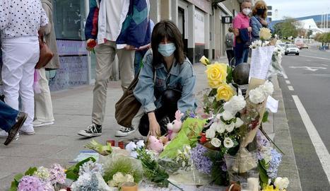 Una dona diposita flors a la zona on va morir Samuel.
