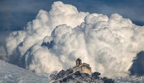 @jaume_mister. Castell-llebre es troba a la dreta del riu Segre, a prop del pantà d'Oliana, i actualment té 3 habitants.